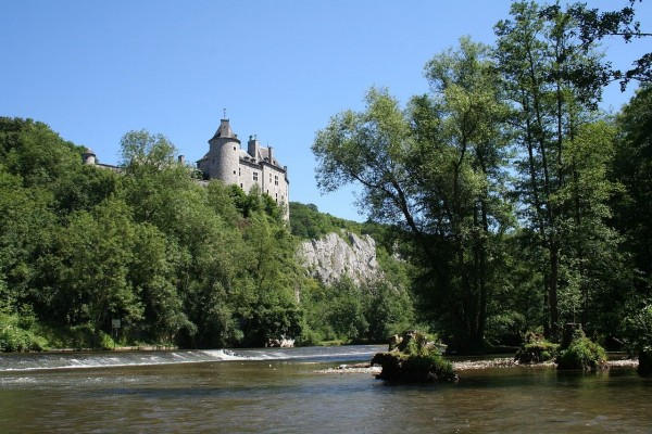 Castillo de Walzin y el río Lesse, en Dréhance (Bélgica)