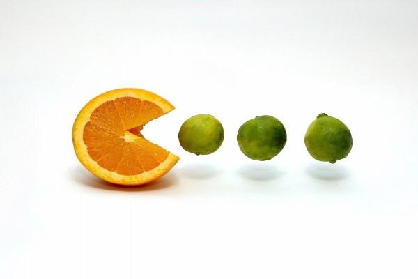 Pac-Man naranja y limas