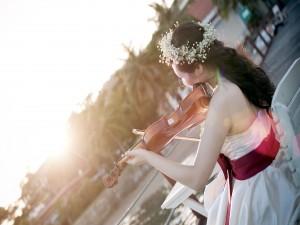 Delicada mujer tocando el violín