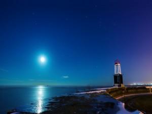 Postal: La Luna iluminando el mar