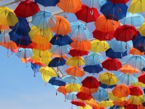 Postal: Coloridos paraguas en el cielo