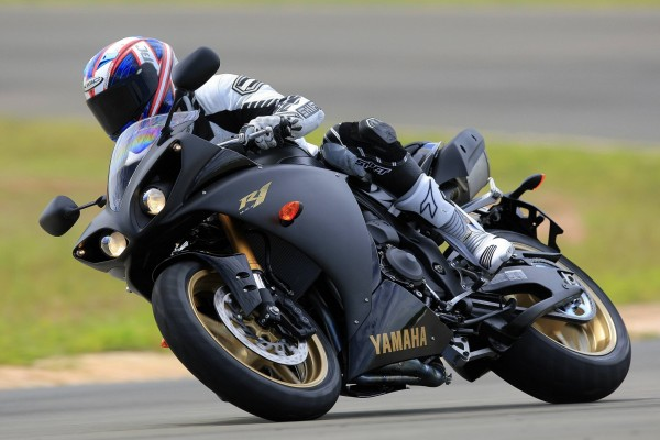 Yamaha R1 pilotada