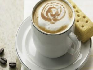 Postal: Café con crema de caramelo y una galleta