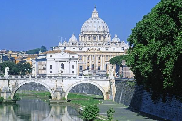 Vista de la Basílica de San Pedro desde el río Tiber
