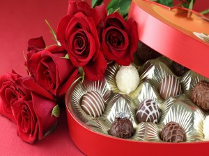 Ramo de rosas y una caja de regalo con bombones