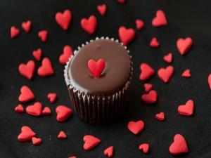 Postal: Pequeño pastel con corazones rojos