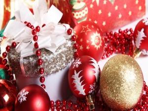 Postal: Esferas y regalos de Navidad