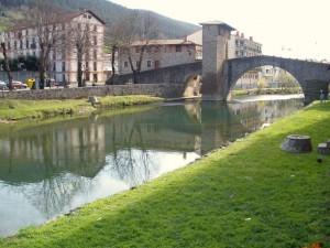 Puente Viejo de Balmaseda, sobre el río Cadagua (Vizcaya, España)