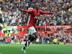 Postal: Ashley Young celebrando un gol con la camiseta del Manchester