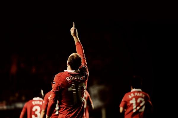 Wayne Rooney señalando al cielo