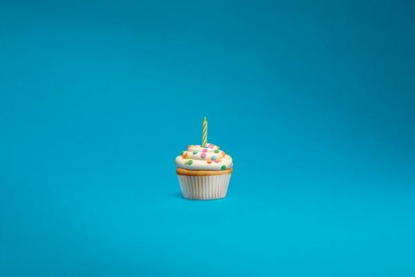 Cupcake con una vela de cumpleaños