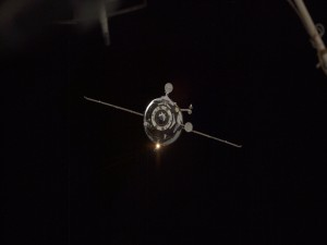 Satélite artificial orbitando la Tierra