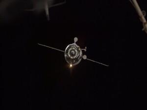 Postal: Satélite artificial orbitando la Tierra