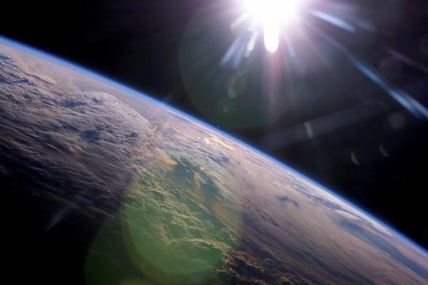 El Sol iluminando y calentando la Tierra