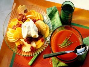 Sopa de tomate y ensalada de frutas