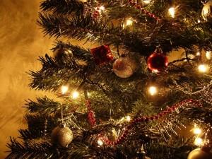 Postal: Árbol de Navidad con las luces encendidas