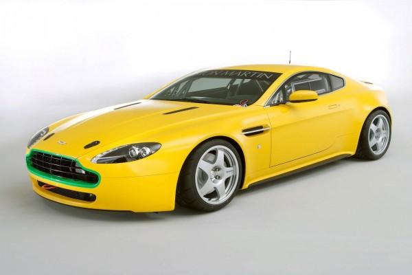 Aston Martin amarillo