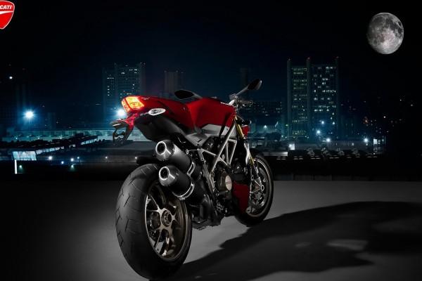 Moto Ducati frente a la luna