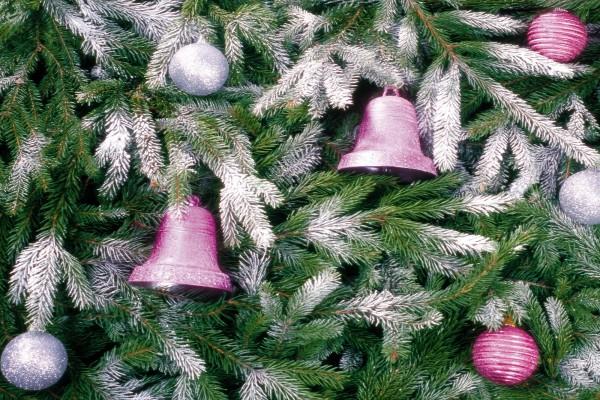 Árbol de Navidad con bolas y campanas