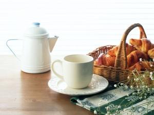 Cesta de cruasanes para el desayuno
