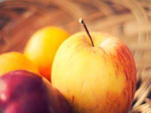 Postal: Una manzana y otras frutas