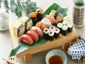 Postal: Pequeña mesa de madera con comida japonesa