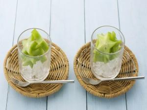 Carambola en vasos con hielo