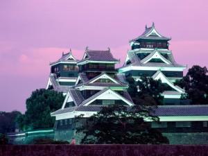 Postal: Castillo Kumamoto, iluminado al anochecer