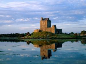 Pequeño castillo reflejado en el agua