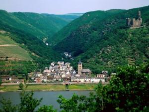 Vista de un pueblo a los pies del castillo