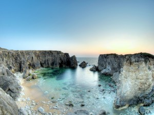 Entrada de agua del mar entre las rocas