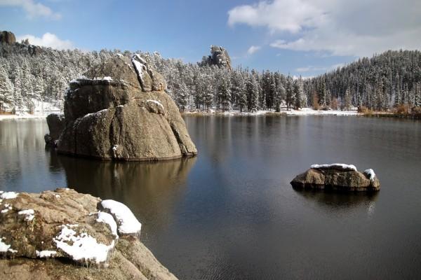 Rocas en el lago