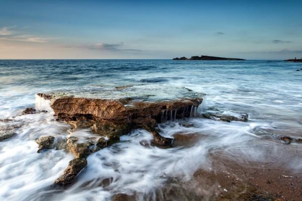 Gran roca entre las olas