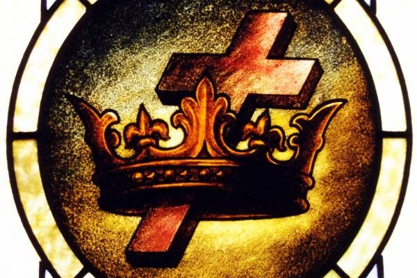 Cruz y corona en una vidriera