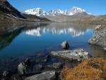 Lago en el norte de Sikkim