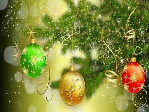 Postal: Bolas colgando del árbol de Navidad