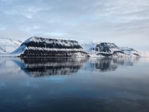 Montañas con nieve junto al agua