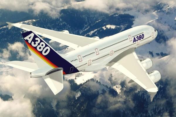 A380 volando sobre las montañas nevadas