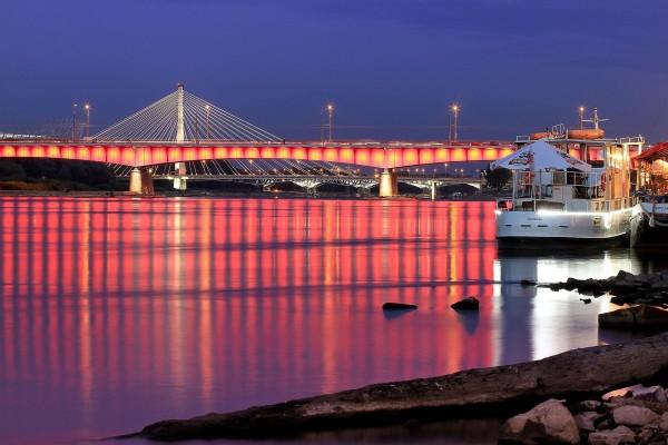 Puente con luces sobre el agua
