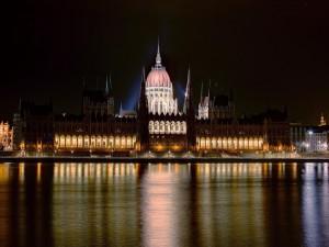 Postal: El río Danubio y el Parlamento de Budapest