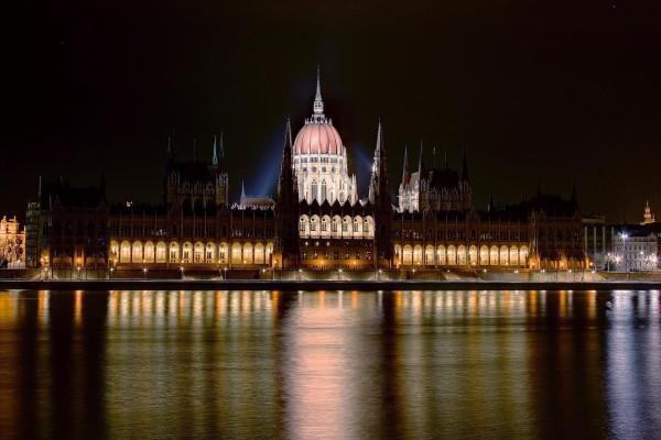 El río Danubio y el Parlamento de Budapest