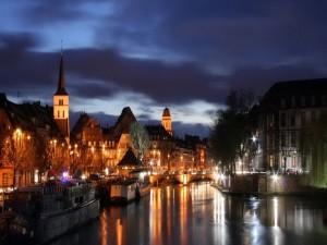 Vista nocturna de un río y un pueblo