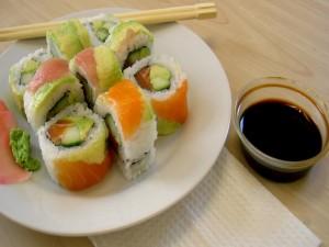 Uramaki de salmón con wasabi