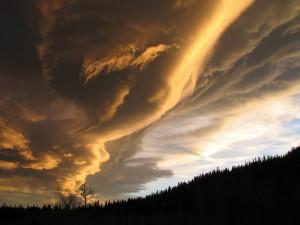 Grandes nubes formándose en el cielo
