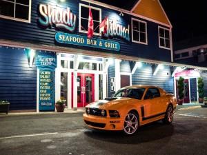 Postal: Ford Mustang, en la puerta de un seafood bar