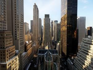 Postal: Catedral de San Patricio de Nueva York, rodeada de grandes edificios