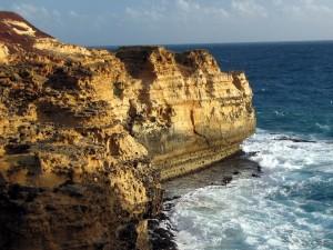 Postal: Acantilado en un mar azul