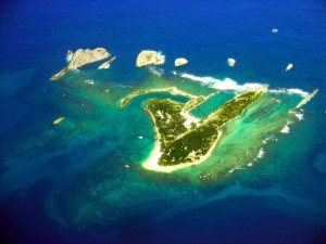 Isla en el mar azul
