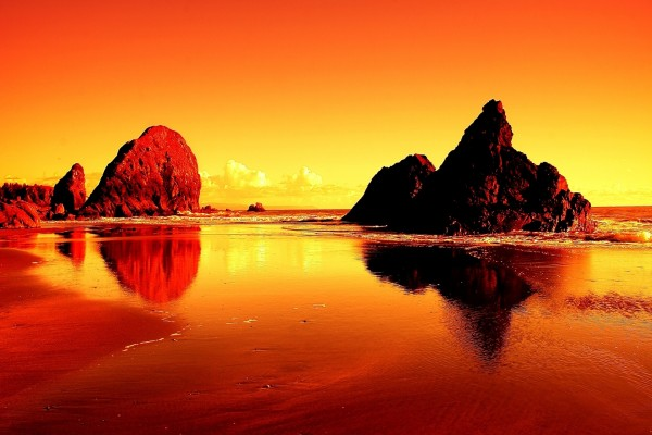 Paisaje naranja con grandes rocas en el mar
