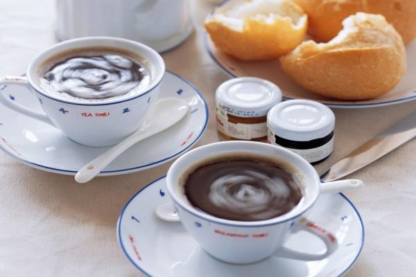 Tazas de té y pan con mermeladas